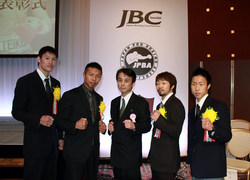 写真(左から 鈴木選手、内山選手、中洞監督、八重樫選手、藤田選手)