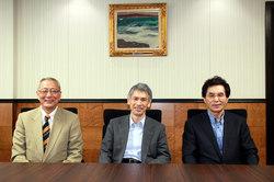 福田理事長と峠崎氏(左)、堀口氏(右)