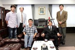 井本勝幸さんら「タイ日教育開発財団」のメンバーが総長を訪問