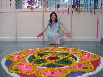 インド祝日ディパワリー(会社でランゴリーをつくり、サリーを着てお祝い)