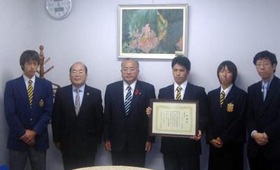 写真は石田義廣御宿町長よりライフセービング部への感謝状授与 向かって左から2番目が秋山部長、3番目が石田義廣御宿町長
