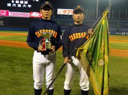 優勝旗・カップを持って 谷口選手(左)、浦選手(右)