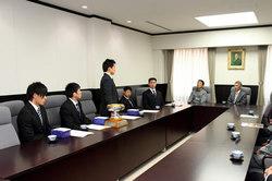 福田理事長(写真=右)、渡辺総長・学長(同=右から二人目)に決意を述べる湯元選手