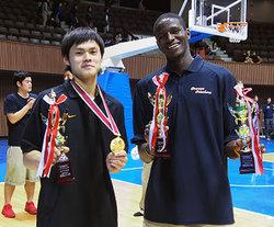 藤井選手(左)とバンバ選手